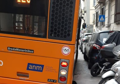 NAPOLI – BUS SPROFONDA IN VORAGINE: PAURA TRA I PASSEGGERI