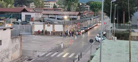 CASERTA – VACCINI, ASTRA DAY H24: ULTRA DICIOTTENNI IN FILA SIN DALL'ALBA